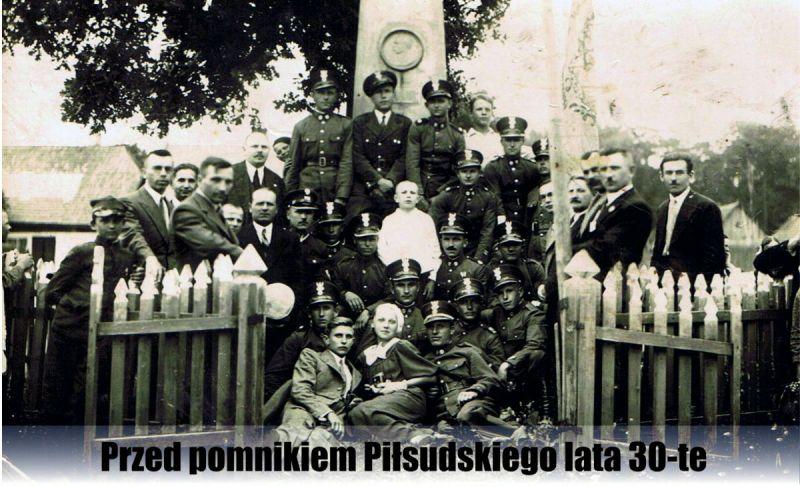 Przed-pomnikiem-Pilsudskiego-lata-30-te